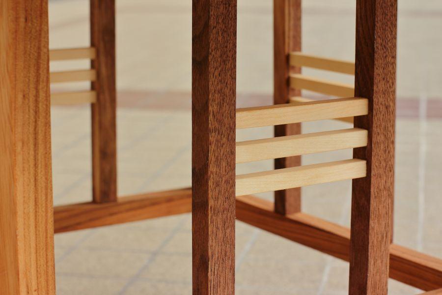 Allegaar massief houten tafeltje