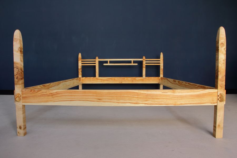 Vrede - The headboard features typical elements of Espenaer design: triplet sticks, a 'hanging' element, and 'parallel legs'.