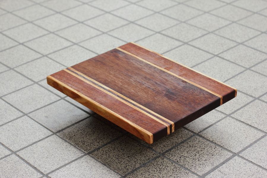 Striped solid wood serving board Strepen Een