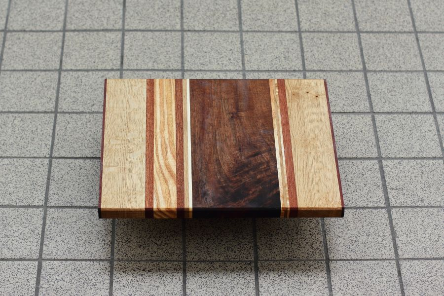 Striped solid wood serving board Strepen Twee