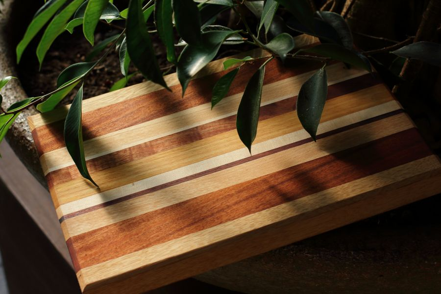 Handcrafted serving board Strepen Drie by Atelier Espenaer