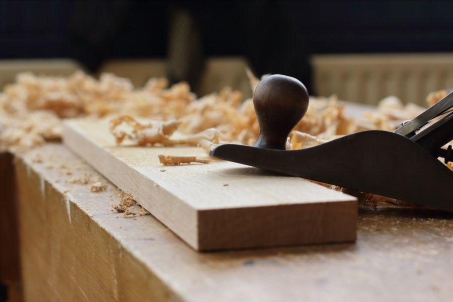 Flattening a piece of oak @ Atelier Espenaer